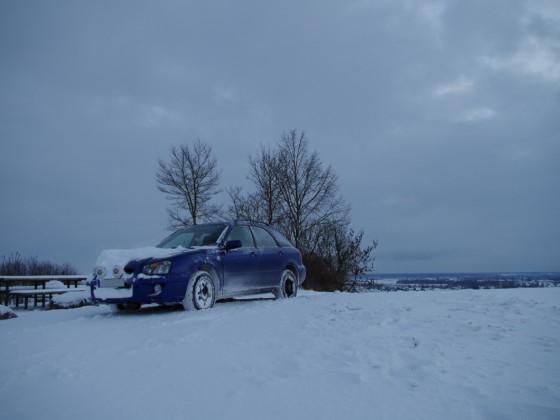 Subaru Impreza 2.0 GX Kombi vs. Schneewehe und verschneite Bergauffahrt